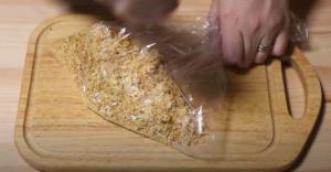 日清シーフードヌードルの麺を割るシーン