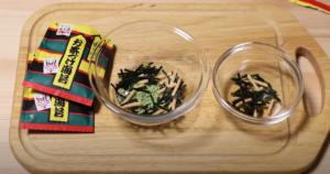 永谷園のお茶漬けの素を2つに分けたシーン