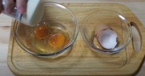 溶き卵を作るシーン1