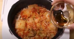 炊き上がった吉野家キムチ炊き込みご飯にゴマ油を混ぜるシーン