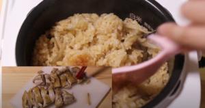 炊き上がった炊き込みご飯を混ぜながら、鶏肉を切るシーン
