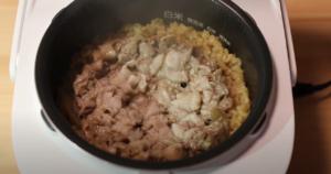 炊き上がった豚バラ肉と烏龍茶の炊き込みご飯