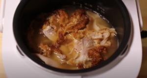炊飯器にケンタッキー炊き込みご飯の材料を入れたシーン