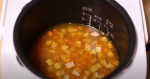 炊飯器にドライカレー炊き込みご飯の材料を入れたシーン