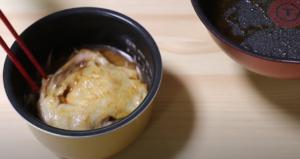 炊飯器に炊き込みご飯の材料を入れるシーン