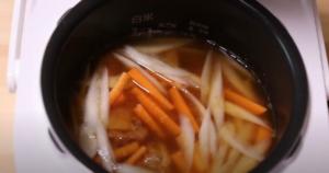 炊飯器に焼き鳥缶詰炊き込みご飯の材料を入れたシーン