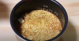 炊飯器に蒙古タンメン炊き込みご飯の材料を入れたシーン