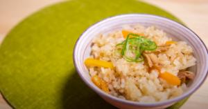 茶碗に入れた焼き鳥缶詰の炊き込みご飯