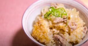 茶碗に入れた豚の生姜焼き風たき込みご飯