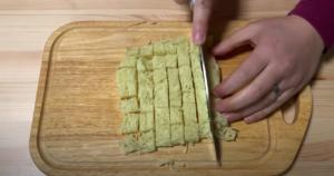 麺を細かく切るシーン