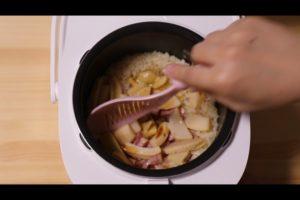 炊き上がったタケノコとベーコンのバター醤油たき込みご飯