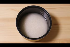 炊飯器にわかめご飯の材料を入れるシーン