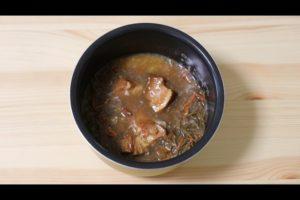 炊飯器にセブンイレブンのきんぴらごぼうと豚角煮の炊き込みご飯の材料を入れたシーン