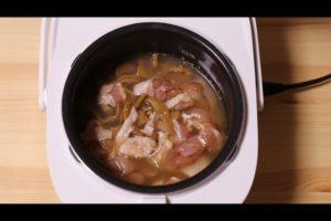 炊飯器にメンマと鶏肉の炊き込みご飯の材料を入れたシーン