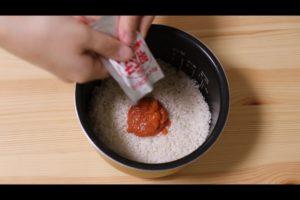 炊飯器に明太子炊き込みご飯の材料を入れるシーン