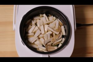 炊飯器に松茸ごはん風エリンギ炊き込みご飯の材料を入れたシーン