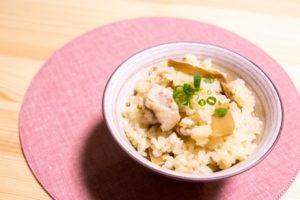 茶碗に入れたメンマと鶏肉の炊き込みご飯