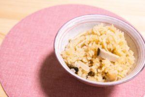 茶碗に入れた松茸ご飯風エリンギ炊き込みご飯