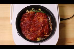 炊飯器に牛肉を入れたシーン