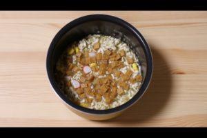 炊飯器に赤いきつね炊き込みご飯の材料を入れたシーン