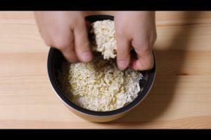 麺を手で割りながら入れるシーン